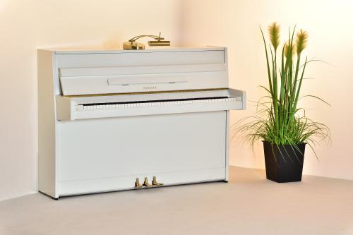 yamaha klavier weiss hochglanz 104cm. Black Bedroom Furniture Sets. Home Design Ideas